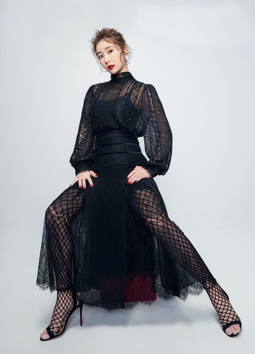 林心如真敢穿,43岁穿透视连衣裙配黑色渔网袜,配红唇性感吸睛