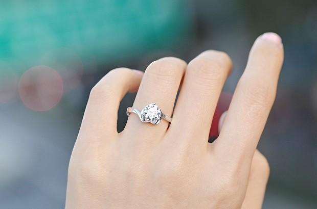 爱情的四个阶段对应哪些不同戒指戴法?各手指可戴,你戴对了吗?