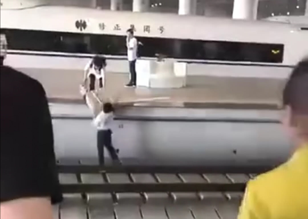 <b>男子走错站台竟然跳下去横穿高铁铁轨,工作人员愤怒却又无奈</b>