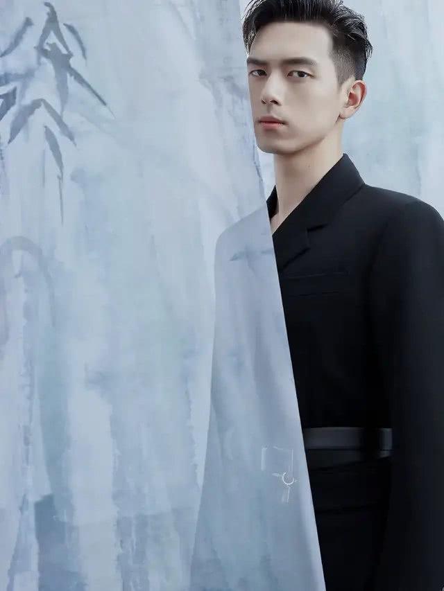 <b>李现穿黑色衣服真的太帅了,又酷又有型,行走的衣架子啊</b>