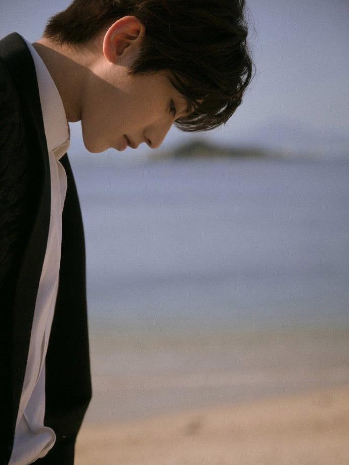 蔡徐坤为海南电影节朗诵,穿暗纹西装好高级,帅出了新高度!