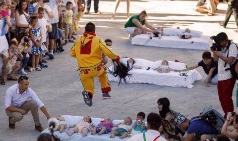 西班牙习俗很吓人,男人假扮恶魔,在婴儿身上跳跃!