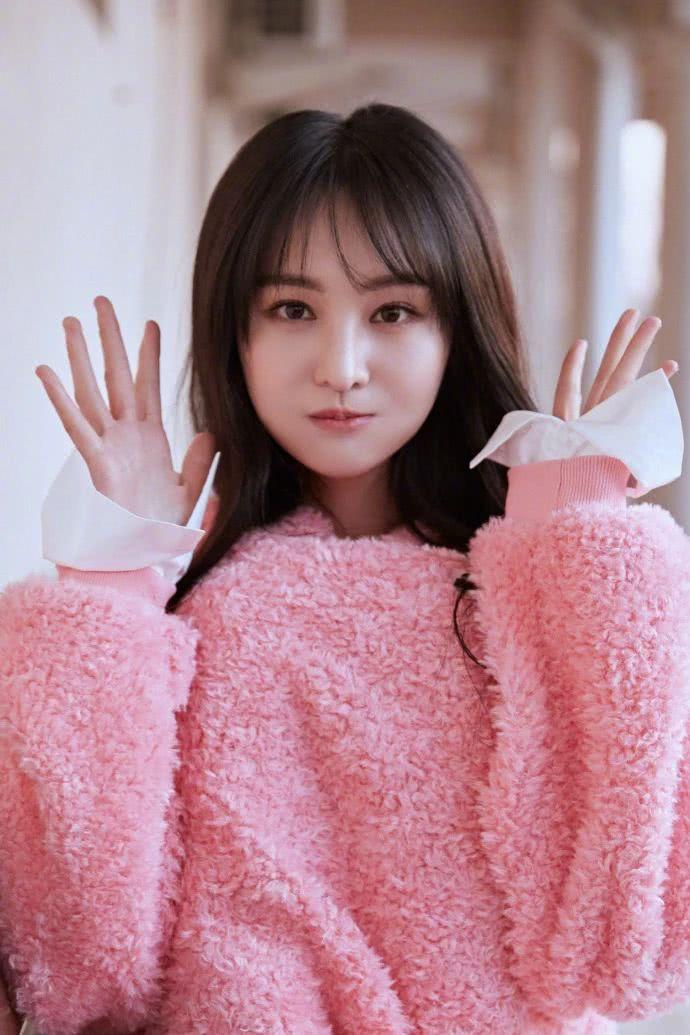郑爽怎么又美回十年前了?粉色毛衣配齐刘海,完全看不出整过容