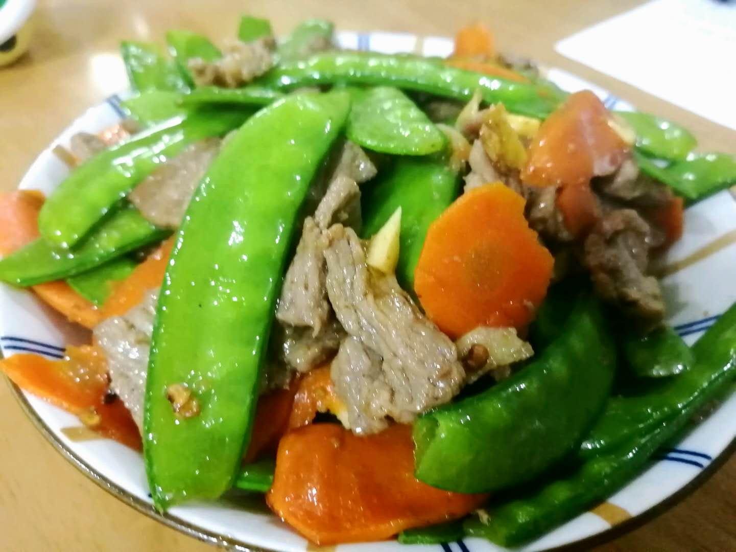 荷兰豆配牛肉、胡萝卜炒,色香味俱全,口感超级棒,小孩特别爱吃