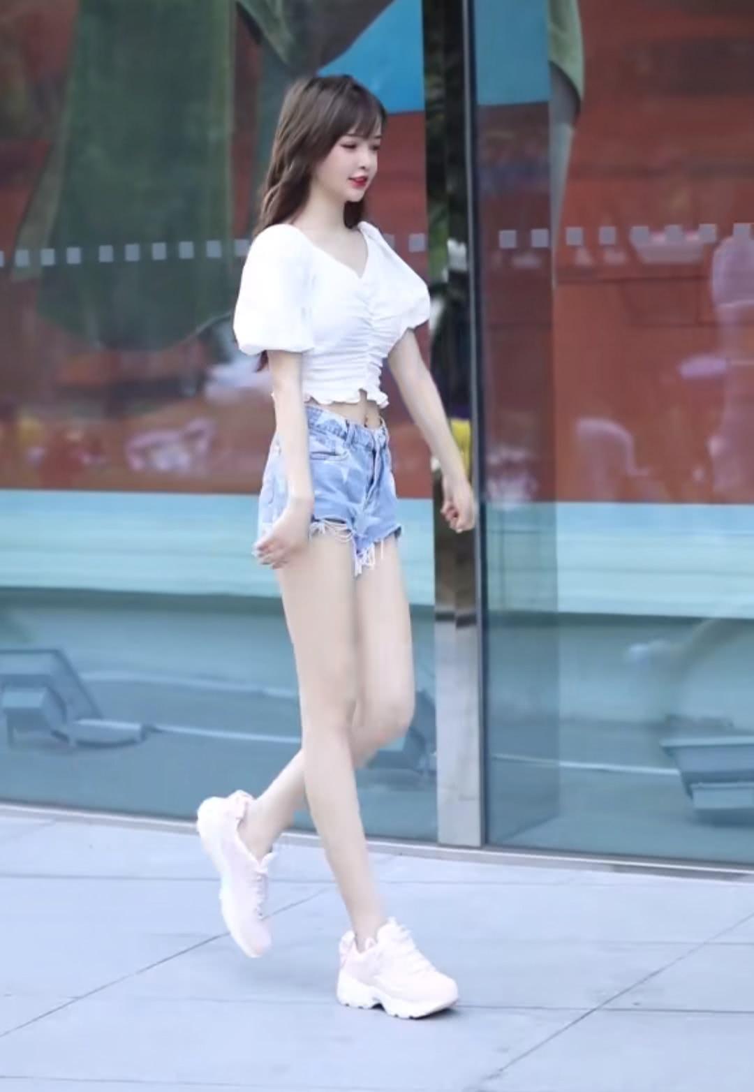 """8月份出门逛街,可以学学小姐姐穿""""米线裤"""",洋气不说还显腿长"""