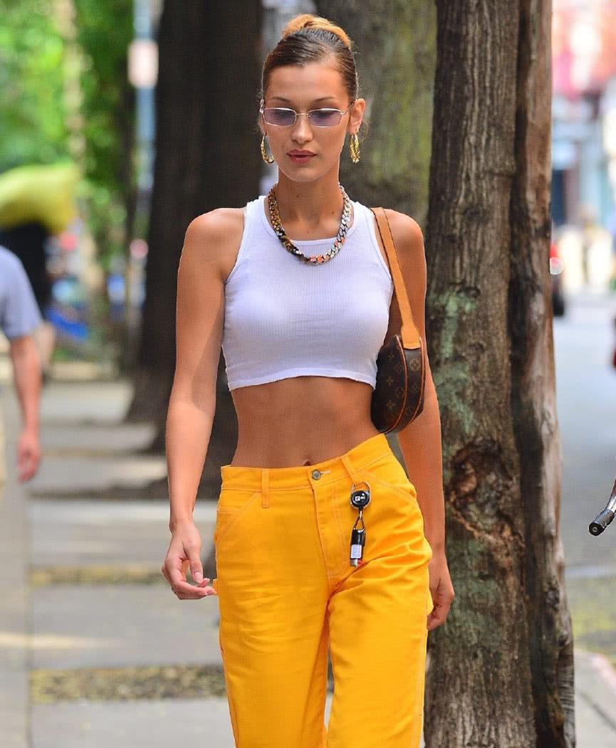 超模贝拉·哈迪德现身纽约街头,网友:她这身穿搭非常摩登!