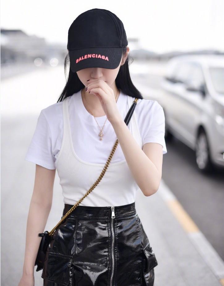 <b>景甜单身后的穿搭亮了,白色T恤+黑色皮裙,衬气质干净利落!</b>