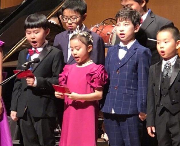 甜馨上台表演节目时,谁留意到李小璐是不是好妈妈一目了然