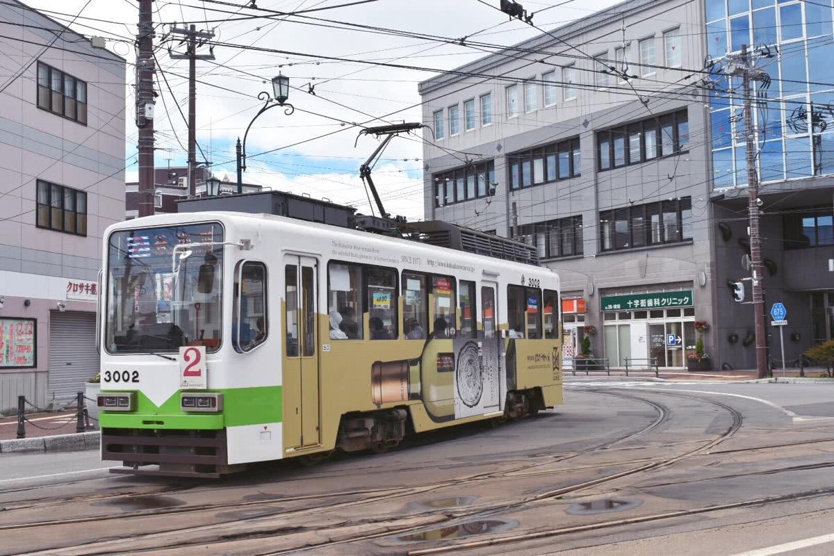 日本发生交通事故,一辆汽车与铁轨电车相撞,51岁驾驶员死亡