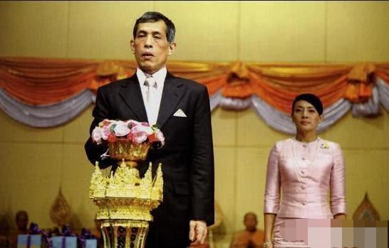 <b>任何人见到泰国公主都要跪拜,皇室真是一人之下万人之上吗?</b>
