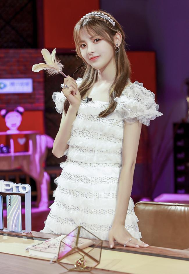 """杨超越挑战空气刘海,搭白色""""光斑裙""""录节目,美成韩剧女主角!"""