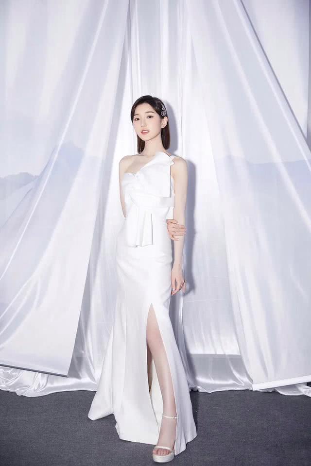 毛晓彤身穿白色礼服气质优雅,梦幻人鱼妆温柔灵动超好看