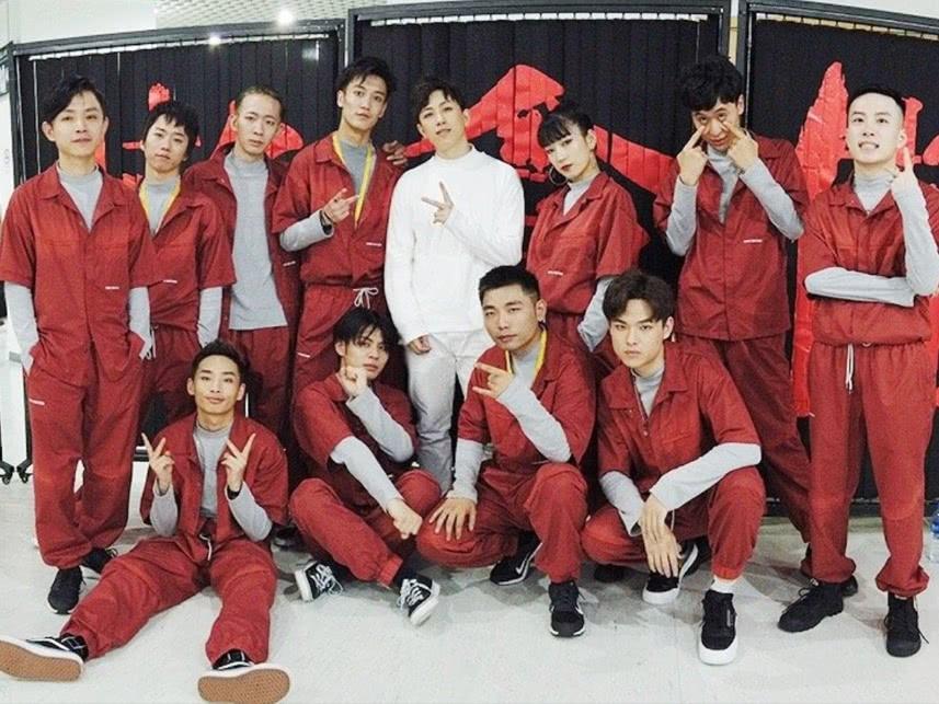 《街舞2》幕后易烊千玺和好朋友合影,王晨艺也在,师兄弟同框了