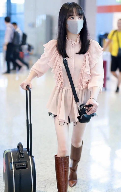 郑爽飞往外地现身机场,看她脚上穿的什么鞋,网友:张恒也忍心?