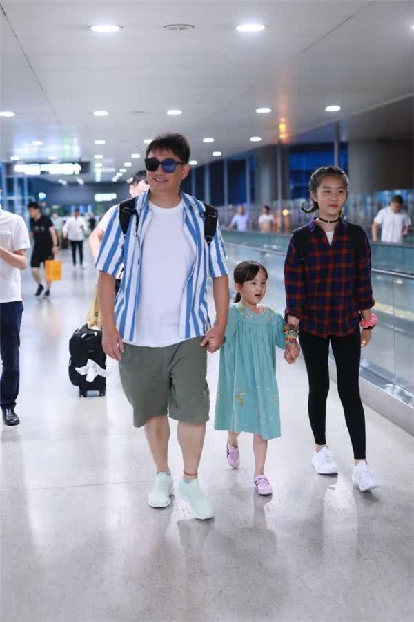 <b>黄磊携女走机场,多多穿健美裤秀逆天长腿,身高已超爸爸肩膀</b>
