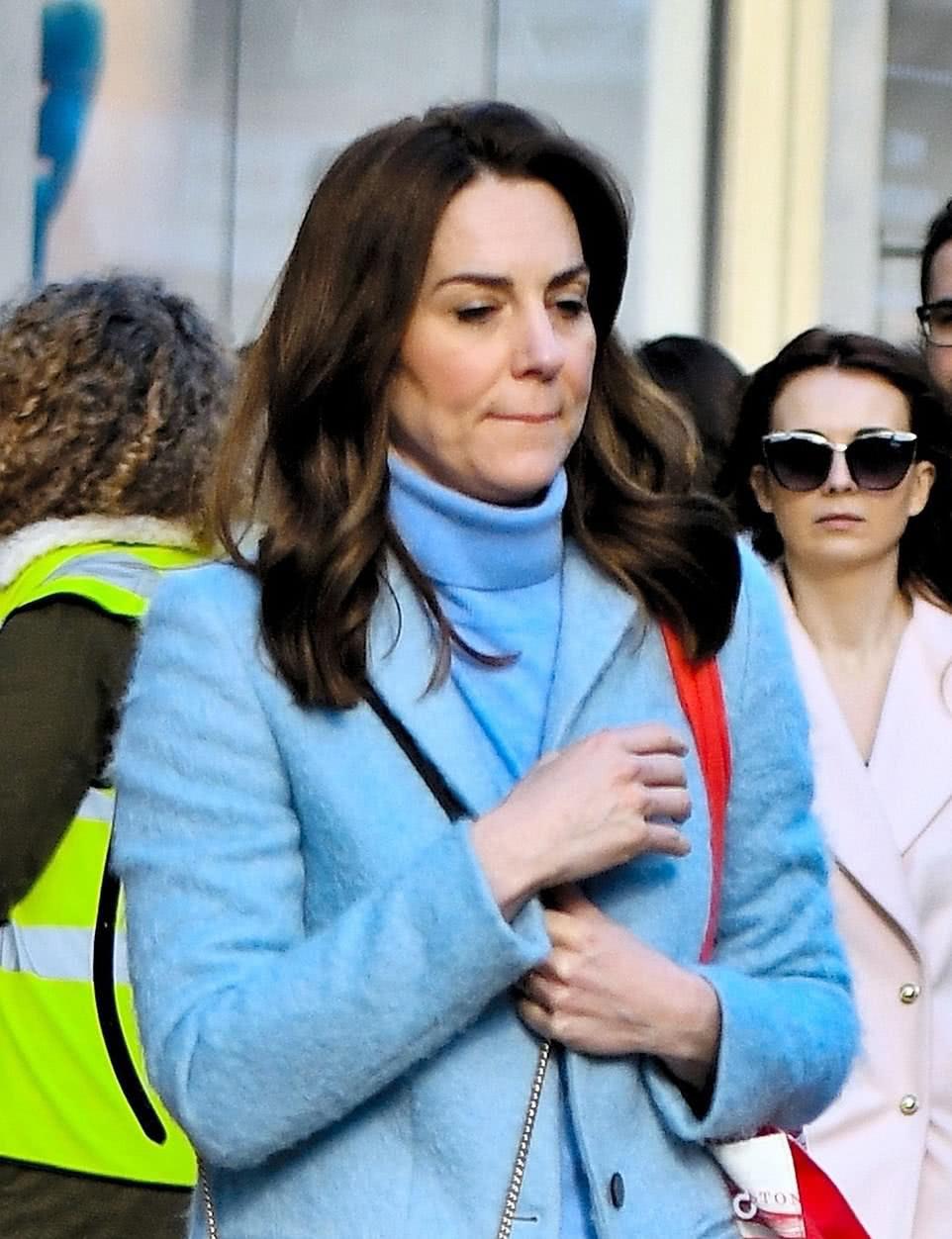 """凯特王妃低调的不敢认了!一身休闲真像路人,还罕见穿""""乐福鞋"""""""