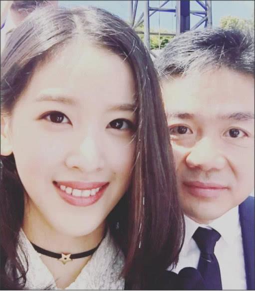 章泽天与老公风波后首合体,两人甜蜜热聊,刘强东还给她拍照