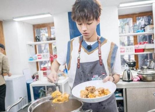 都是麻辣烫,王俊凯和黄磊的做法有啥区别?网友:天差地别!
