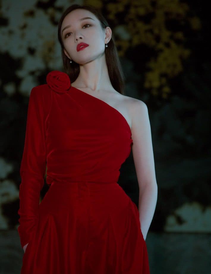 倪妮一袭红色连衣裙写真,造型百变美得飞起,我真是服了!