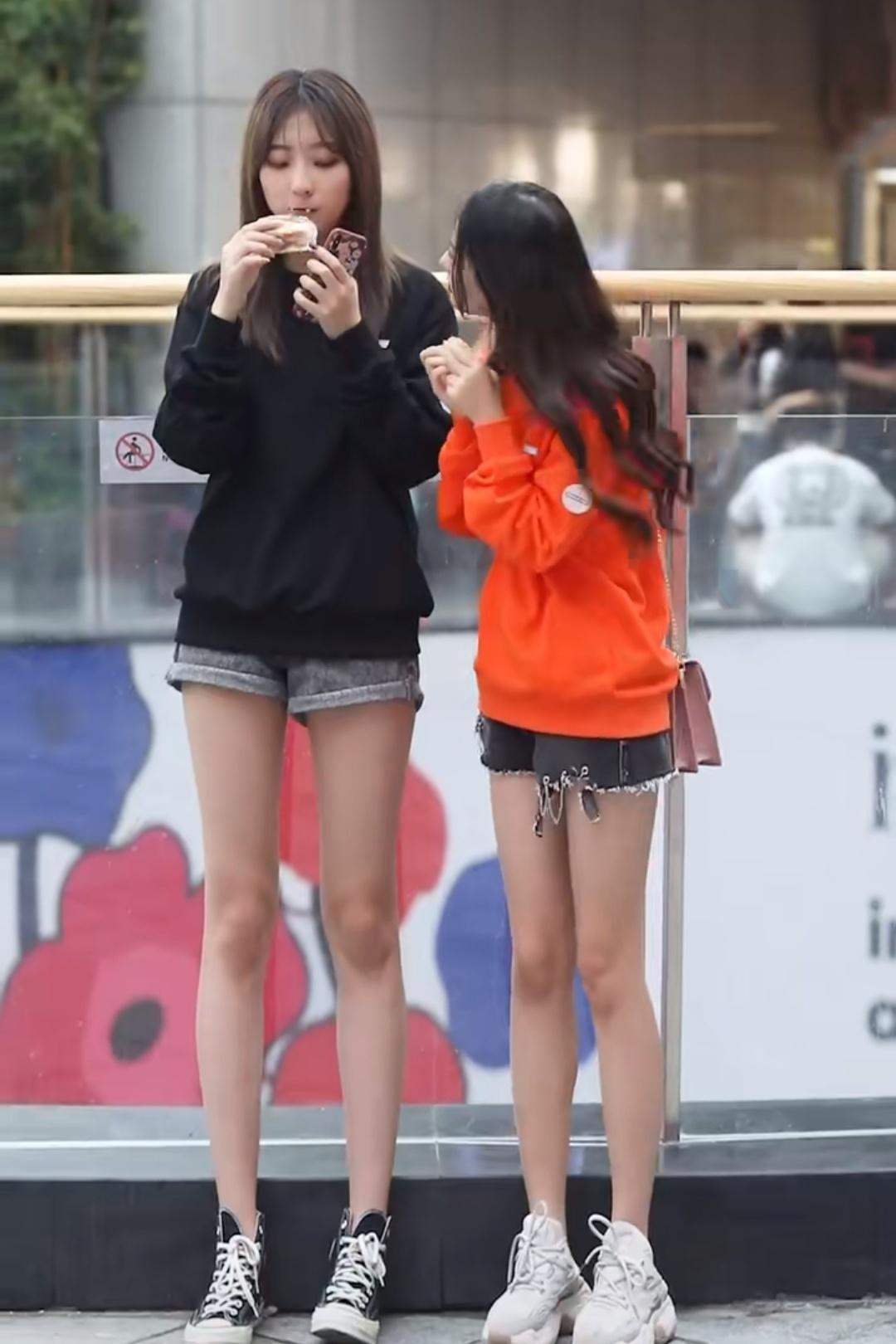 """<b>这两位女生都很瘦,同穿牛仔短裤时才知,""""少女腿""""有多重要!</b>"""