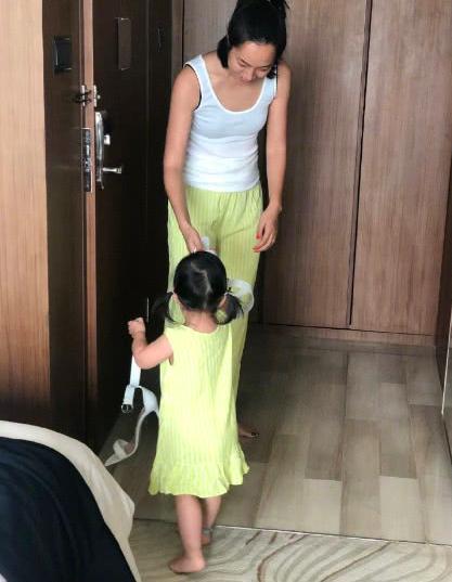 周一围女儿太萌,给妈妈拿高跟鞋先偷穿,朱丹看女儿胡闹不阻拦