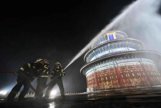 水雾笼罩祈年殿!今晚,天坛公园演练火情扑救
