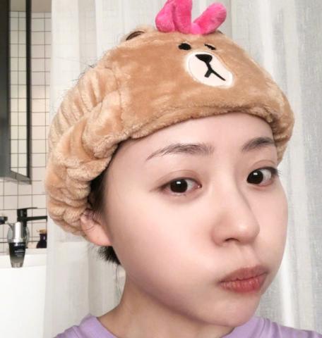 张靓颖发浴室自拍照,带浴帽噘嘴超可爱,网友:这皮肤能掐出水