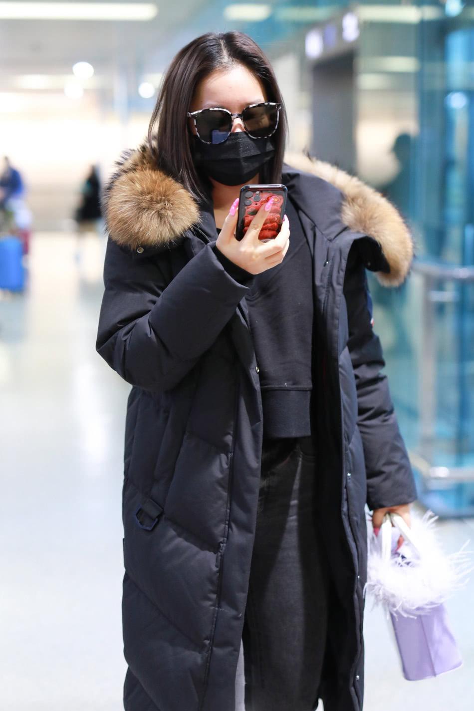 """王菊穿衣太奇葩了!穿羽绒服配""""高跟凉鞋""""走机场,穿出两个季节"""