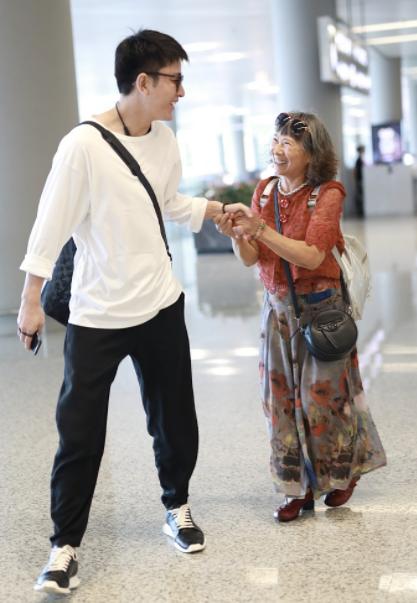 头号迷妹!贾乃亮帅气亮相机场与大妈握手,阿姨粉紧紧抓牢不放手