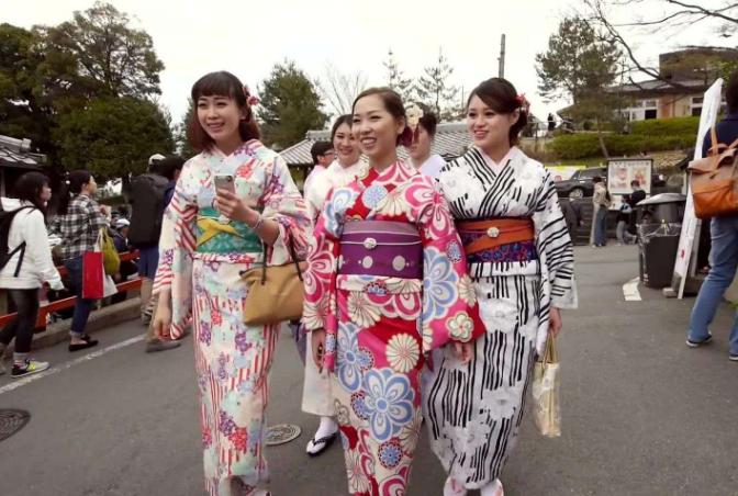 中国游客去日本买马桶,那日本人来中国买什么?看完该反思了