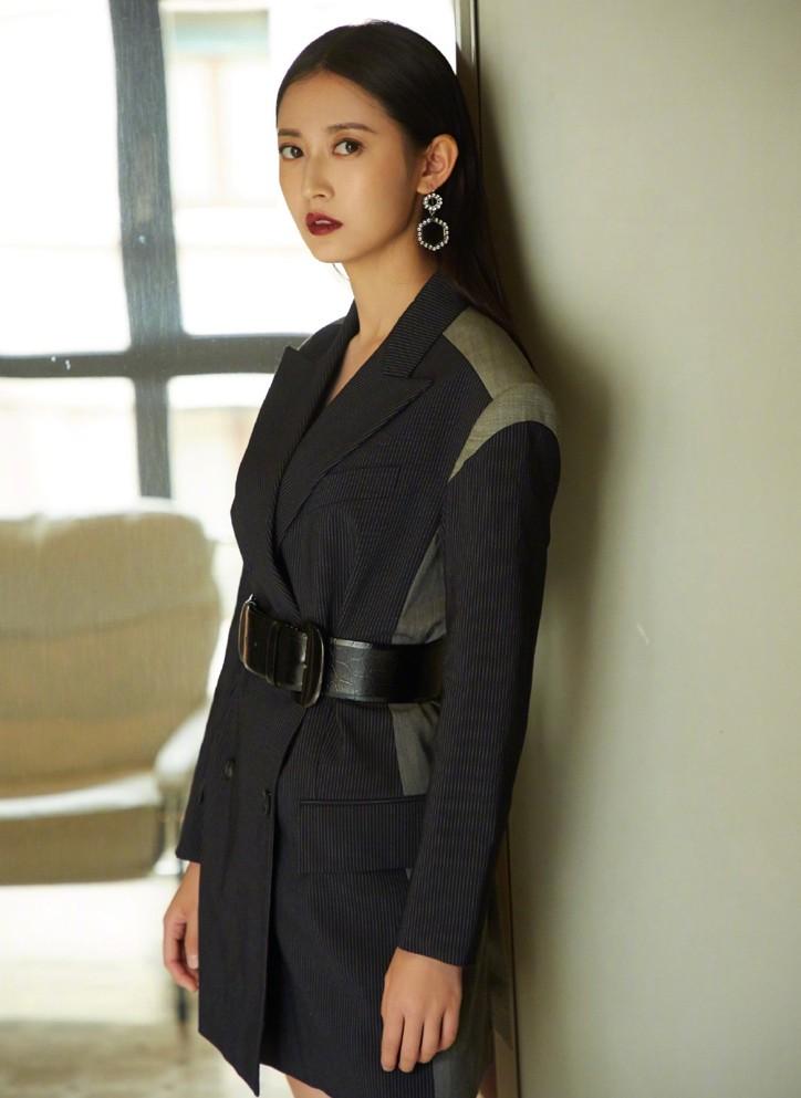 陈钰琪穿黑裙,看到搭配显腿细的靴子,我快要哭了:终于等到你!