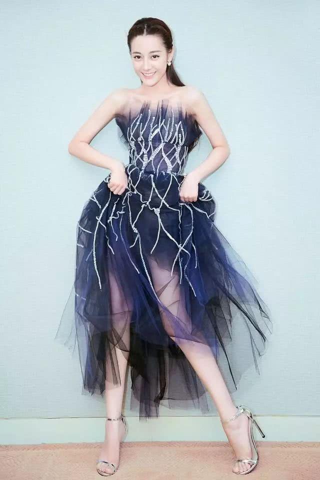 迪丽热巴真会穿,穿抹胸连衣裙气质好到挡不住,配高跟鞋大秀美腿