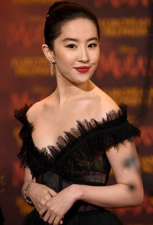 """刘亦菲穿黑色长裙,在伦敦亮相""""灯光一照""""不愧是东方大美人"""
