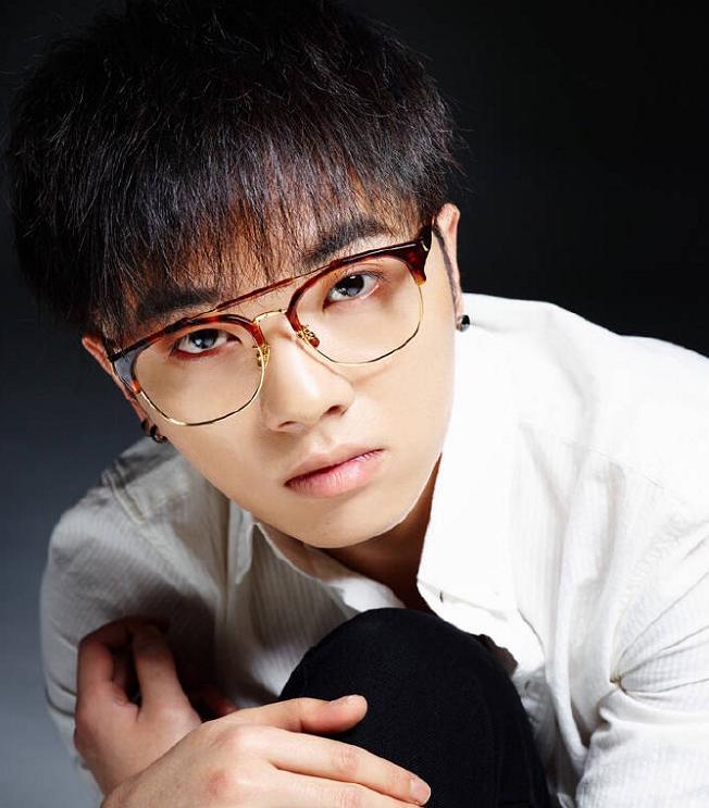 """有一种""""整容""""叫华晨宇摘眼镜,当他取下眼镜的那一刻,心动了!"""