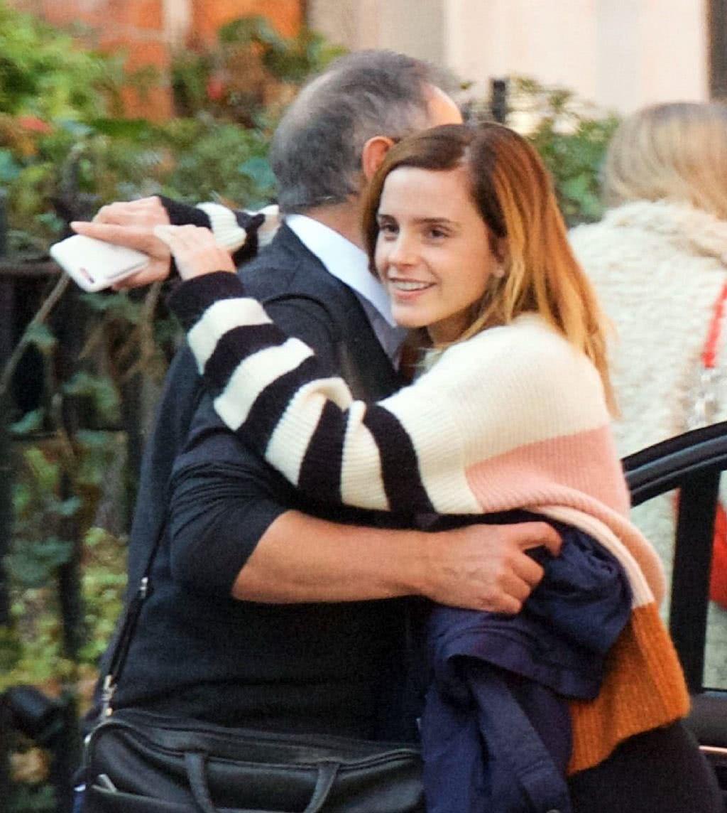 艾玛沃特森穿拼色毛衣配黑色休闲裤现身和爸爸拥抱告别十分有爱