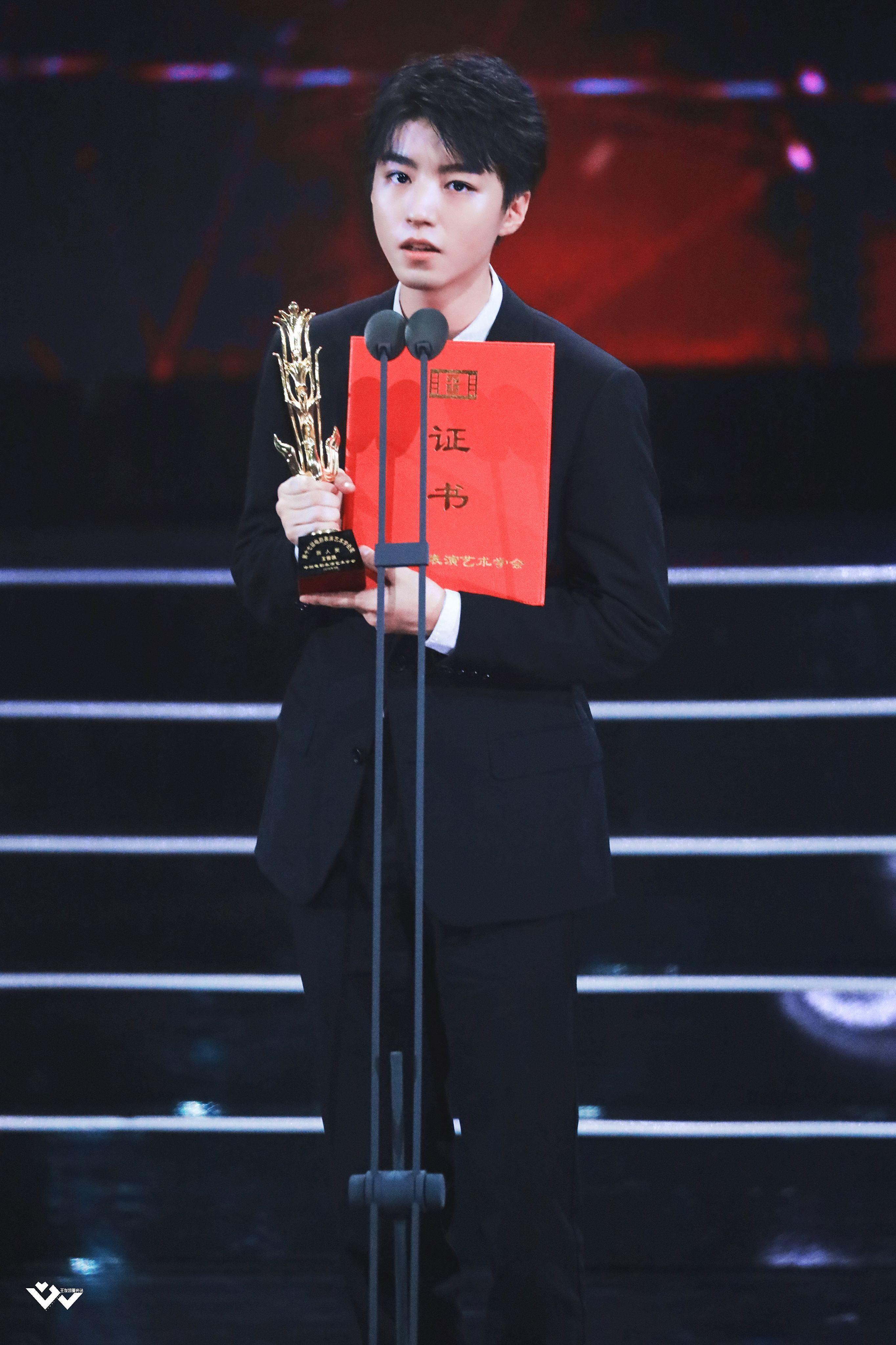 相声老师突然cue到王俊凯,小凯的反应被投放到大屏幕,好腼腆