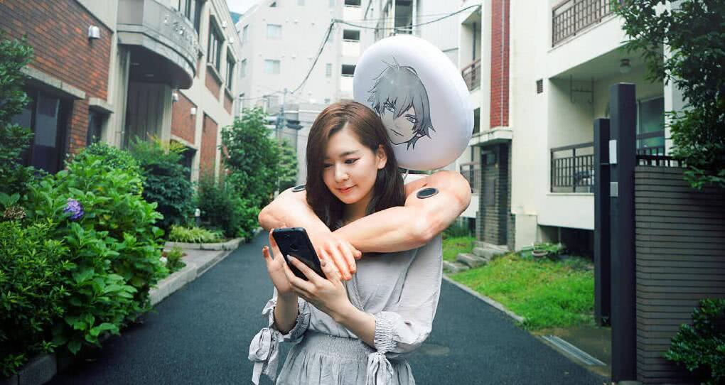 日本手游现奇葩周边,可拥抱别人,还能与你共进晚餐