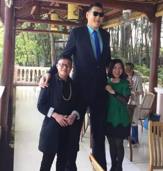 巨人张欢与娇小女友拍婚纱照,温馨一幕让网友懂得了身高不是距离