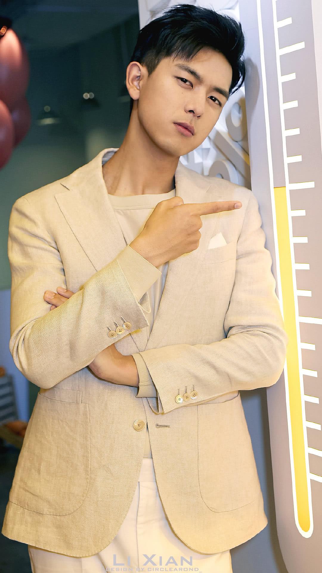 本以为李现穿西装已经够帅了,没想到换上工装外套,居然更惊艳!