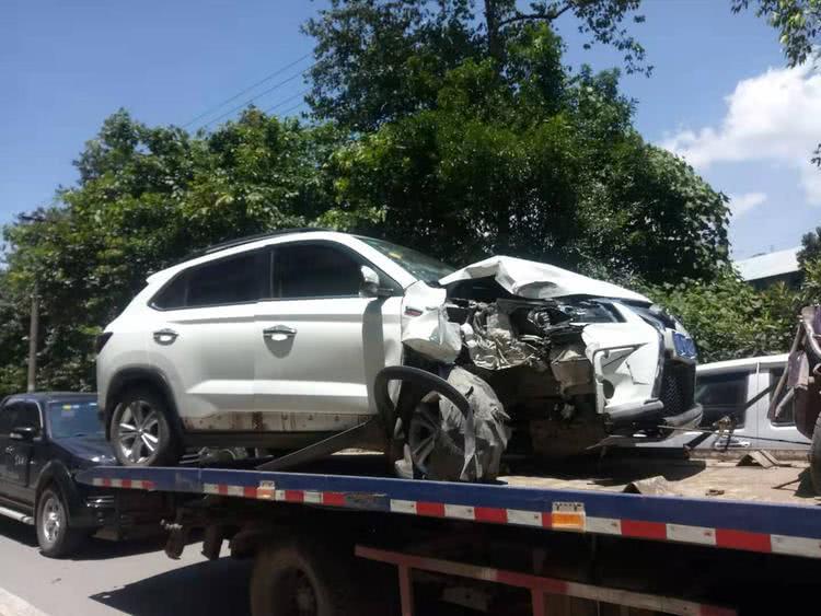 <b>小车撞上电杆导致车头变形 电杆差点被连根拔起</b>