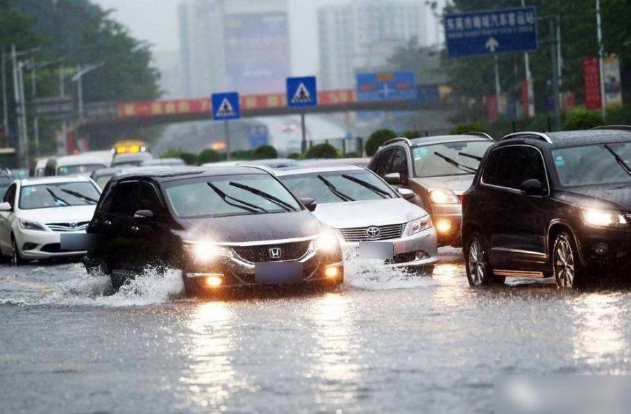 暴雨天开车事故率加倍!到底该咋避免老司机分享20年行车技巧