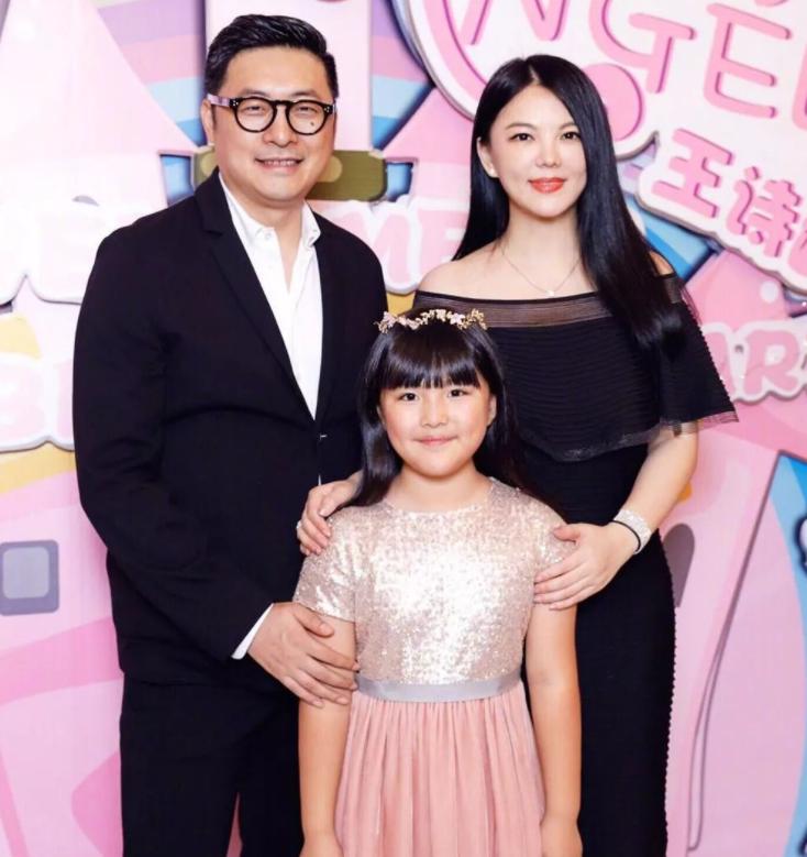 """王诗龄拍广告赚钱多人为她服务,淡妆出镜去""""土""""气,太像李湘"""