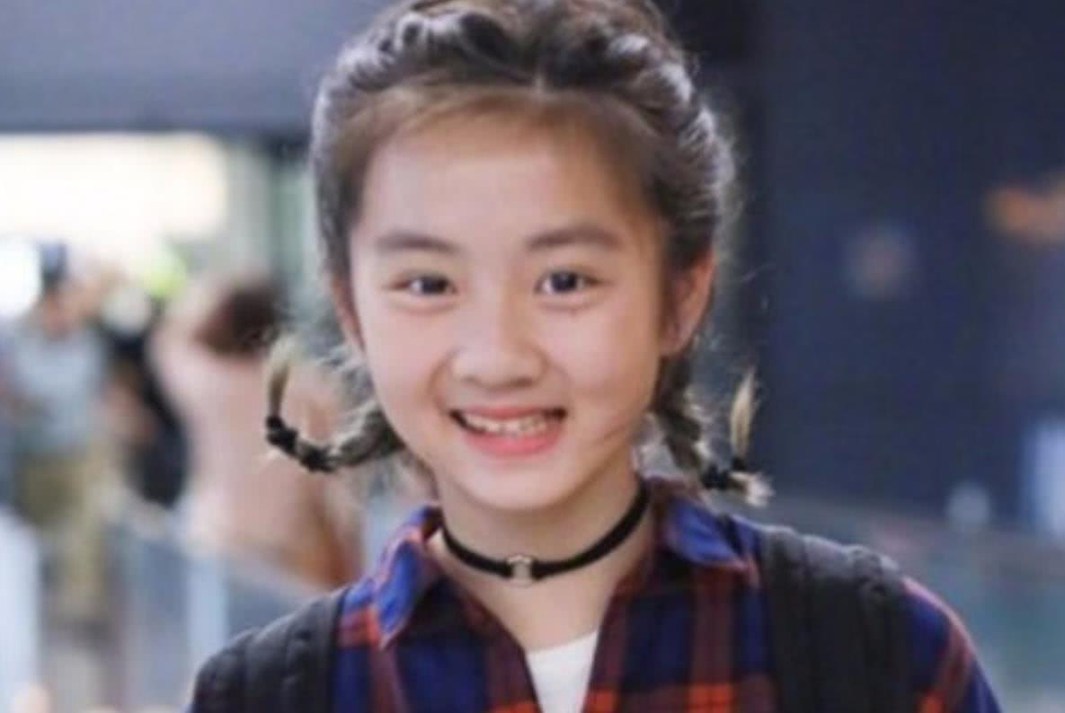 李嫣7岁化妆,多多13岁染发,男星都在富养女儿,只有他例外!