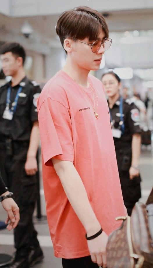<b>梳中分的李易峰,脸好像胖了一点,穿橘T恤配休闲裤像极了学长</b>