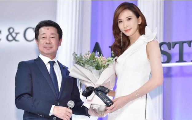 林志玲首次在日本用妻子身份亮相,由老公亲自为其拍性感美照