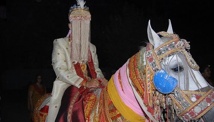 男子带着迎亲队伍去接亲,结果没看到新娘连婚礼地点也是假的