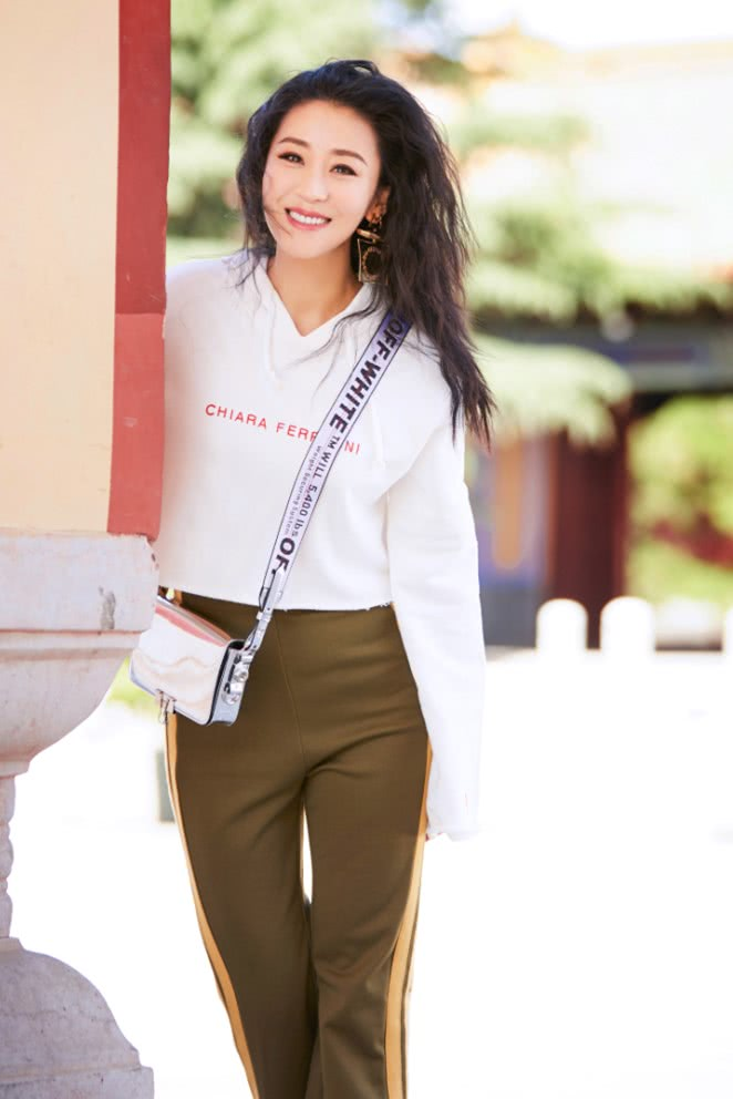 她是娱乐圈唯一不想装嫩的女神,今穿基因裤秀长腿,是真的年轻!