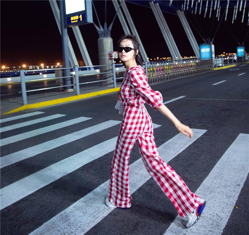 <b>32岁宋茜红白格子套装秀长腿,高腰裤穿出惊艳比例,少女感满分</b>