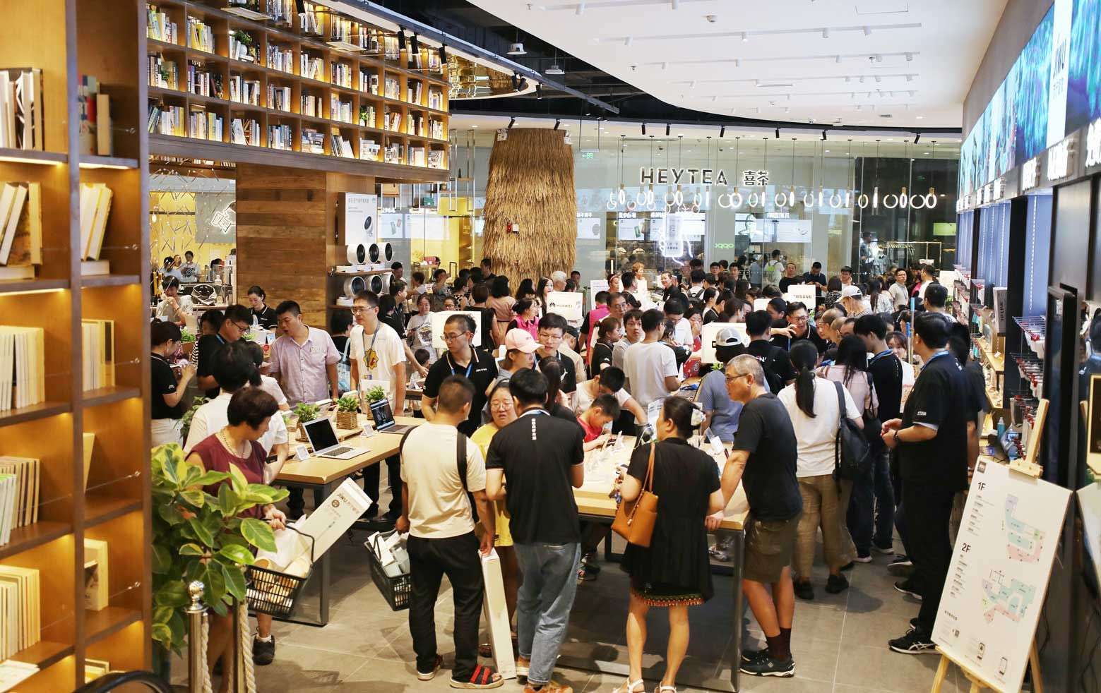<b>天气又热又闷,这家店却挤满了人</b>
