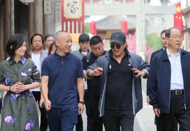 李连杰现身电影城,身材发福,神采奕奕,网友:要营业了?